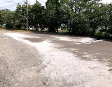 防草対策(鉄鋼スラグ簡易舗装材による舗装)工場  (有)アキ建設