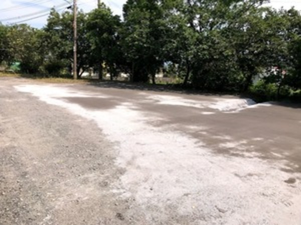 防草対策(鉄鋼スラグ簡易舗装材による舗装)工場  (有)アキ建設サムネイル