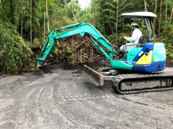 防草対策  鉄鋼スラグ簡易舗装材による舗装  施工状況サムネイル