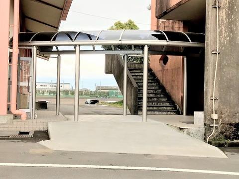 中学校の渡り廊下取付    (有)アキ建設サムネイル